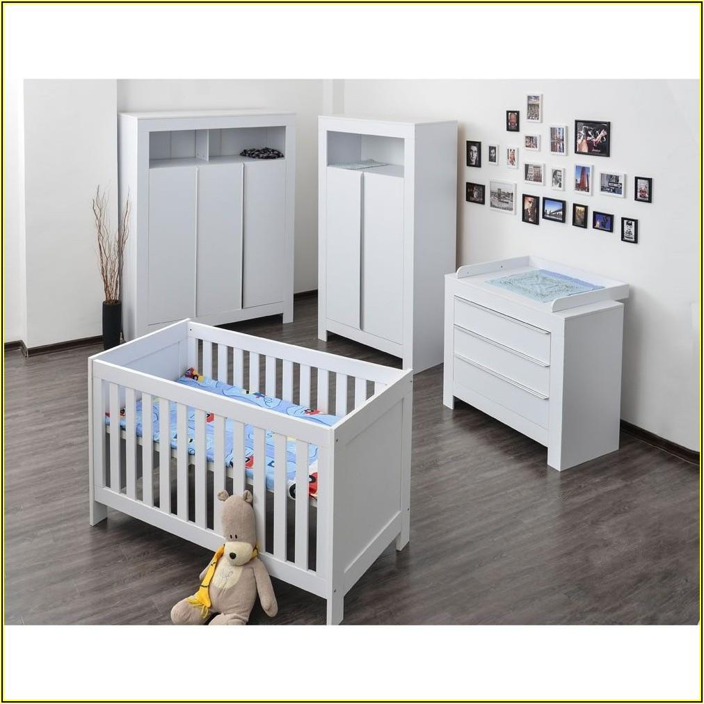 Baby Im Kinderzimmer Baden
